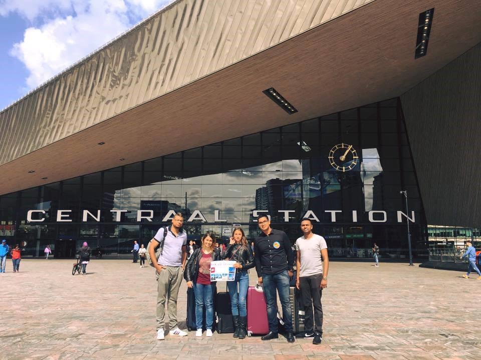 Trường Kinh doanh Rotterdam đón tân sinh viên tại sân bay